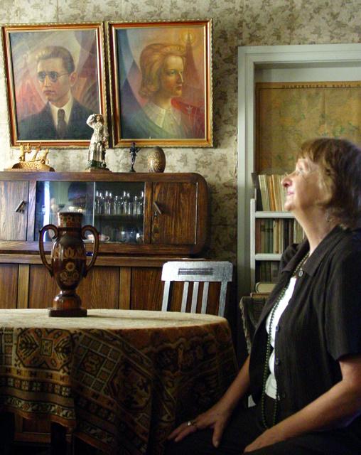 A. Vienuolio-Žukausko memorialiniame kambaryje - nostalgiškas viešnios žvilgsnis į rašytojo vaikų Stasio ir Laimos portretus.