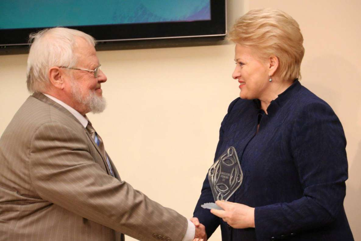 Prezidentė D. Grybauskaitė apdovanoja A. Avižienį. Džojos Barysaitės nuotrauka