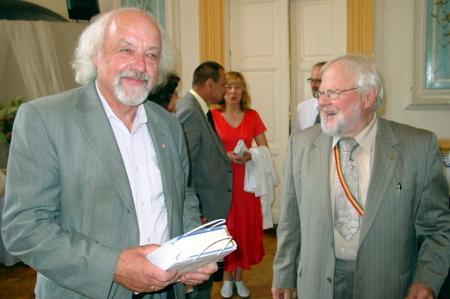 Iš jubiliato rankų savo knygą dovanų gavo ir jos autorius R. Vanagas.