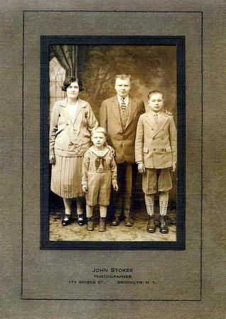 Strolių giminės atvirukas