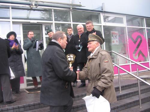 Prie Vilniaus televizijos bokšto apdovanojamas J. Juodelis.