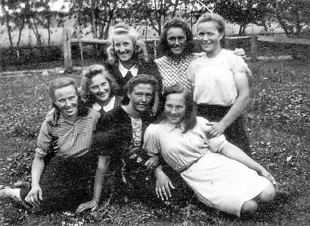 Visėtiškių kaimo merginos XX a. viduryje. Nuotr. iš Irmos Randakevičienės albumo.