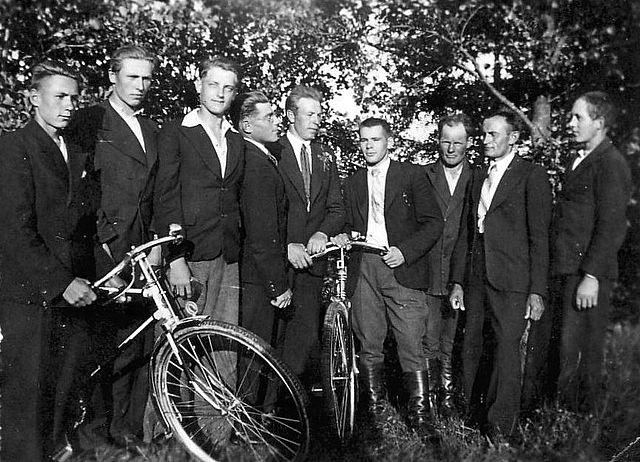 Visėtiškių kaimo vaikinai XX a. viduryje. Nuotr. iš Irmos Randakevičienės albumo.