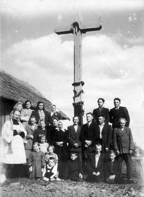 Visėtiškių kaimo žmonės su Adomynės klebonu prie naujo kryžiaus vienoje iš kaimo sodybų XX a. pradžioje. Nuotr. iš Irmos Randakevičienės albumo.