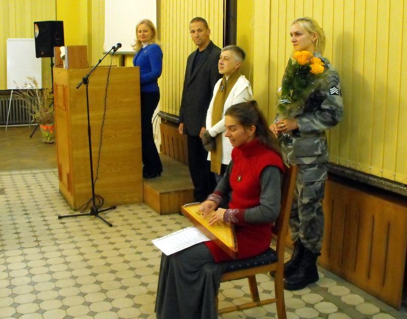 Parodos atidaryme kankliuoja Liauda Vaitkūnaitė.