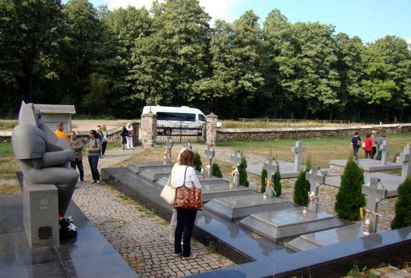 Beržininkų kapinėse – už Lietuvos nepriklausomybę žuvusių karių memorialas.