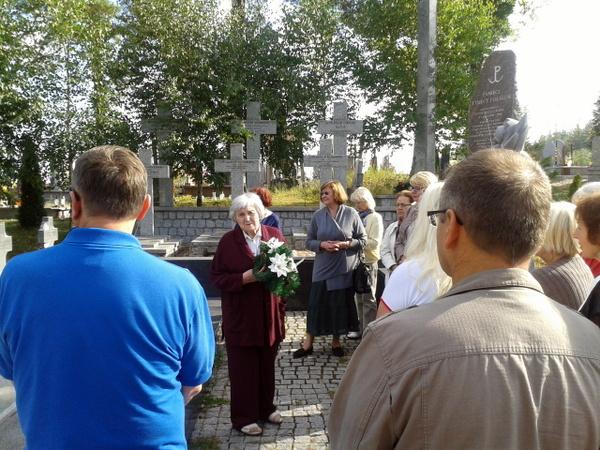 Kauno anykštėnai Beržininkų kapinėse. Centre - kelionės gidė Irena Eigelienė.