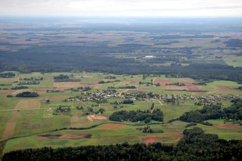 Po kojomis - Šlavėnų kaimas ir jo apylinkės, toliau - Anykščių šilelis, už jo - Ažuožeriai