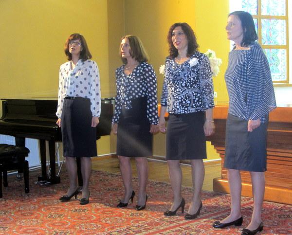 Dainuoja A. Baranausko pagrindinės mokyklos mokytojos