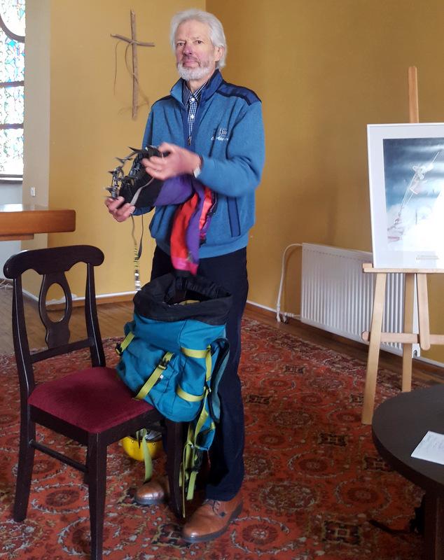V. Vitkauskas rodo savo alpinistinius batus.