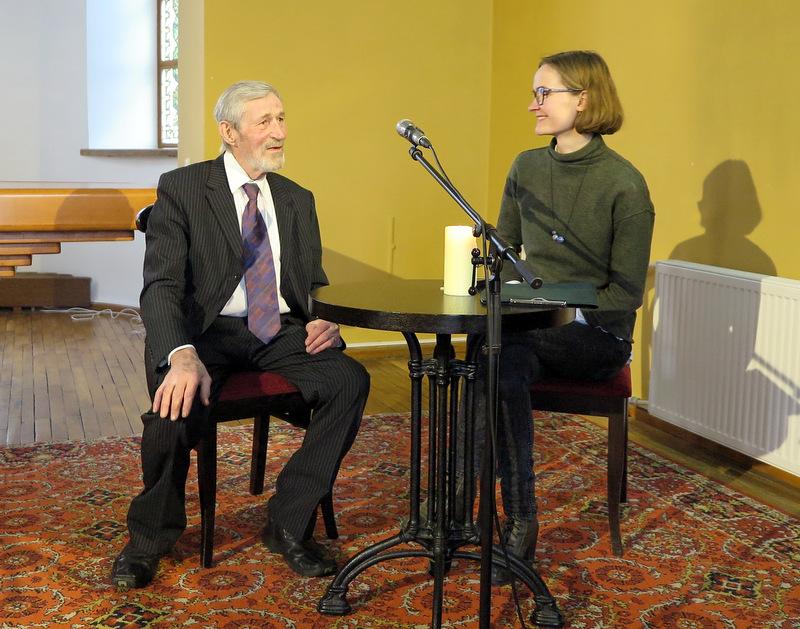 Pasaulio anykštėnų kūrybos centro veiklų kuratorė J. Lotyš kalbina medalininką J. Žuką.