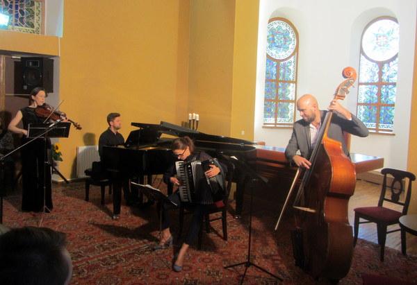 """Muzikinis sveikinimas buvusiam muzikantui J. Žukui – kvarteto """"4TANGO"""" koncertas."""