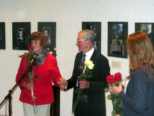 Sveikinimai menininkui - nuo Pasaulio anykštėnų bendrijos pirmininko pavaduotojos Bronės Lukaitienės.
