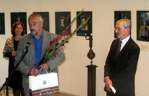 J. Žuką sveikina Anykščių rajono savivaldybės atstovas Saulius Rasalas.