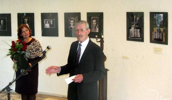 Jonas Žukas ir parodos kuratorė dailininkė Jolita Karalienė prie ikonografinės ekspozicijos.