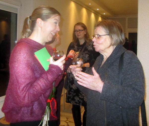 Moteriškas pokalbis: menotyrininkė J. Žemaitienė ir skulptoriaus žmona Dalia Striogienė.
