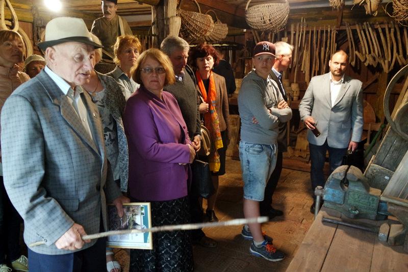 Gidas po P. Jurkšto muziejų A. Bekenis pasakoja apie eksponatus.