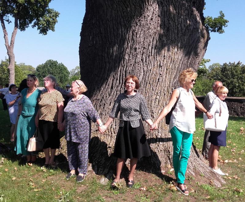 Minėjimo dalyviai prie Tverečiaus ąžuolo. L. Klimkos nuotrauka.