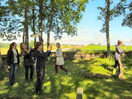 Ekspedicijos dalyviai senosiose Svėdasų krašto kapinėse
