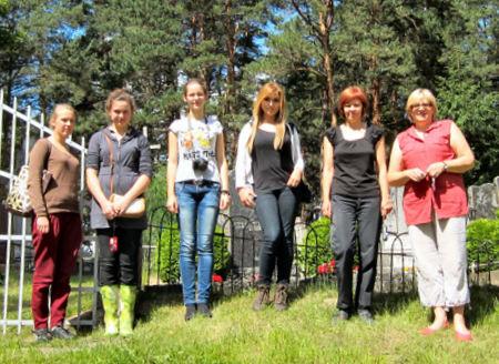 Jaunųjų kraštotyrininkų komanda darbo vietoje