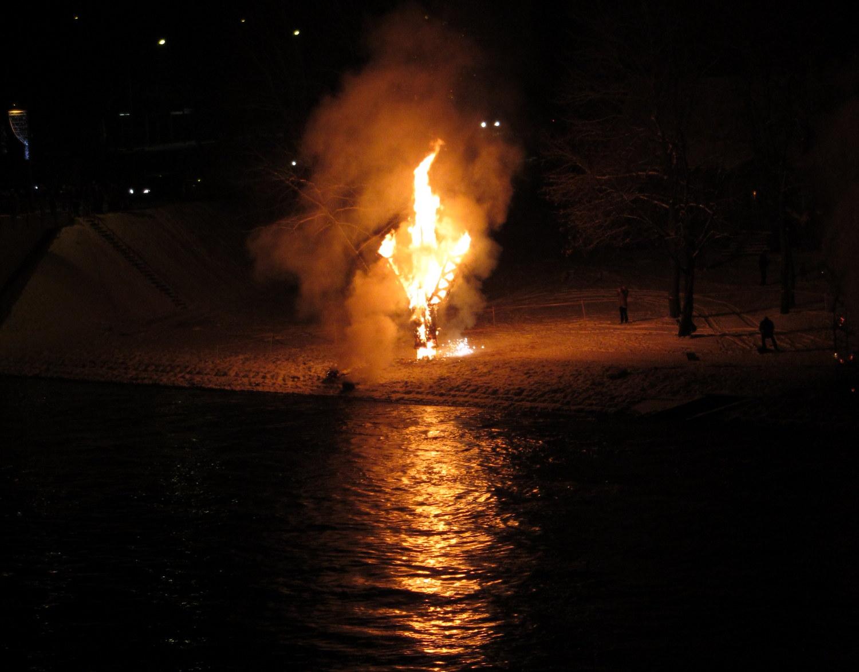 """Dega šiaudinė skulptūra """"Gyvybės medis""""."""