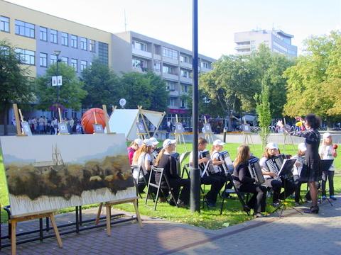 Anykščių kiemelyje Panevėžyje - V. Švirkevičiūtės drobė ir jaunieji akordeonistai