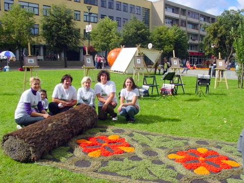 Piktagalio kaimo bendruomenės moterys Panevėžyje patiesė floristinį kilimą