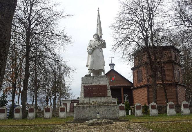 Kurklių miestelyje netoli Anykščių sovietų karys su vėliava ir automatu stovi prie bažnyčios. A. Lukošiaus nuotrauka
