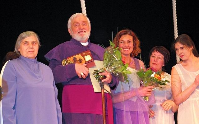 """Algimantas Masiulis su anykštėnėmis po spektaklio """"AB vienetas"""", kuriame jis sukūrė pagrindinį Vyskupo A. Baranausko vaidmenį (2006 m.)"""