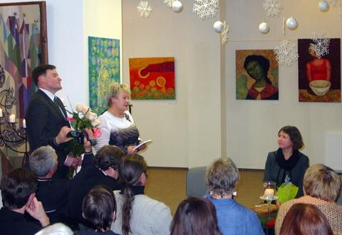 D. Tarandaitę sveikina J. Biliūno gimnazijos dirketorė R. Drūsienė ir mokytojas G. Ražanskas.