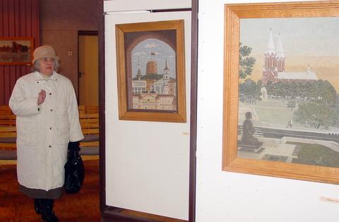 E. Gabriūnienė apžiūrėjo S. Petraškos akmens tapybos parodą, kuri eksponuojama jos vyro projektuotame pastate.