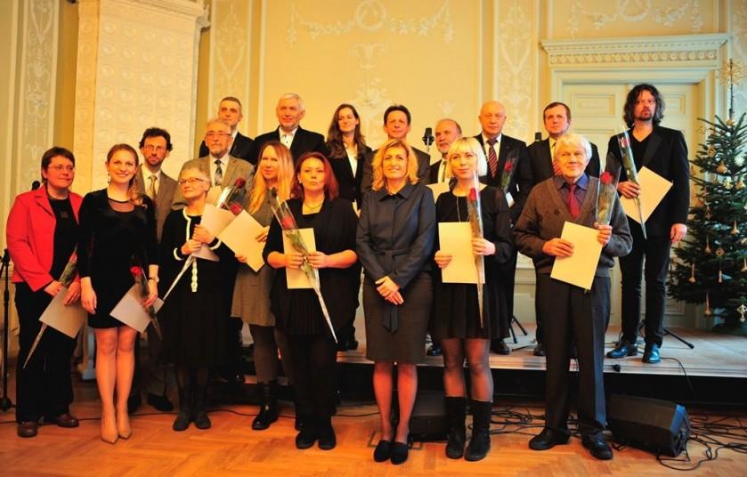 Antanui Verbickui, A. Baranausko ir A. Vienuolio-Žukausko memorialinio muziejaus direktoriui (stovi antras iš dešinės), premija skirta už muziejininkystės darbus. Sauliaus Gruodžio nuotrauka.