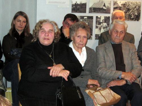 Prisiminimais dalijasi mokytoja Aldona Murmienė (antra iš kairės).