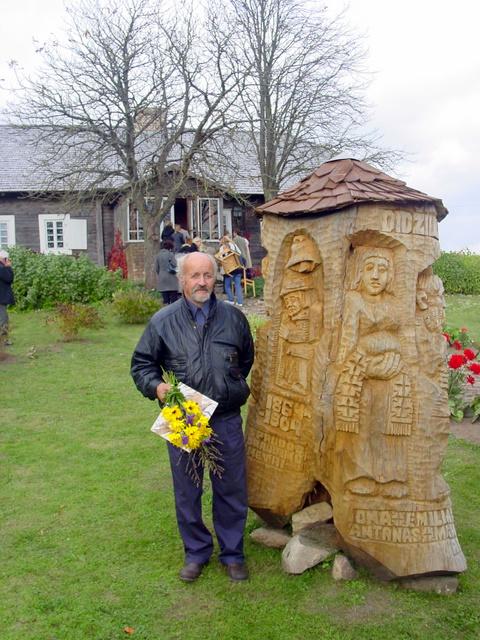 Tautodailininkas P. Petronis prie savo kūrinio.