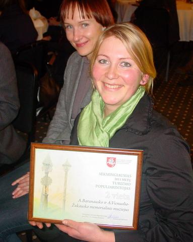 Muziejui skirtą apdovanojimą atsiėmė infobuso veiklos organizatorė Kristina Kiaušaitė