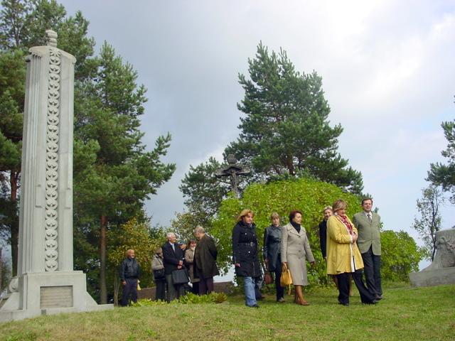 Mokytojai ir muziejininkai Padvarninkų kapeliuose prie Didžiulių kapų.