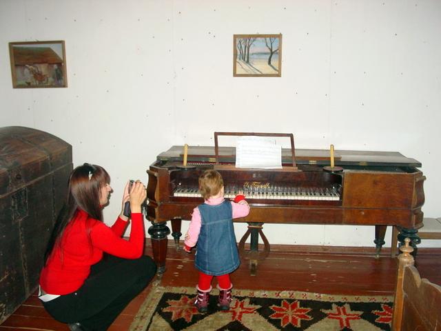 Prie senojo pianino - mažoji Luka.