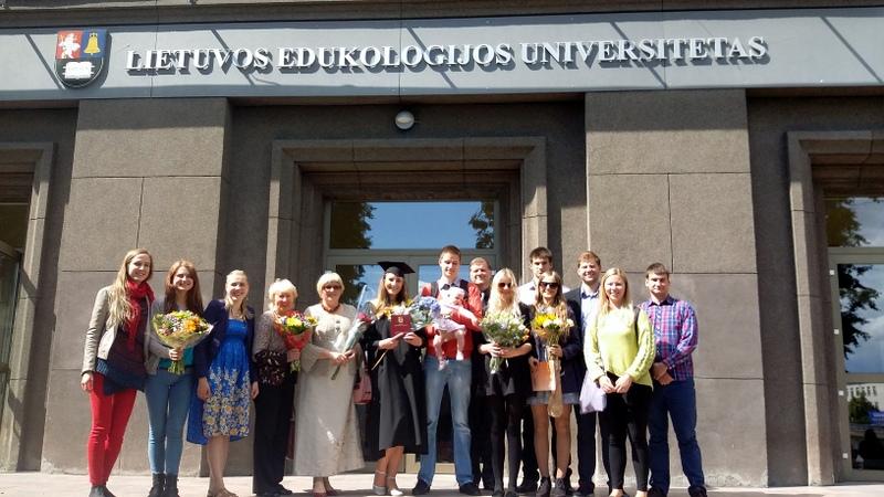 Nefų šeima su draugais po Rūtos Nefaitės bakalauro diplomo įteikimo 2014 m.