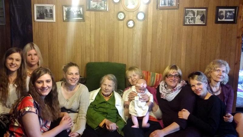 Nefų šeimos moterys per 2014 m. Velykas. Viduryje močiutė Angelė Nefienė.