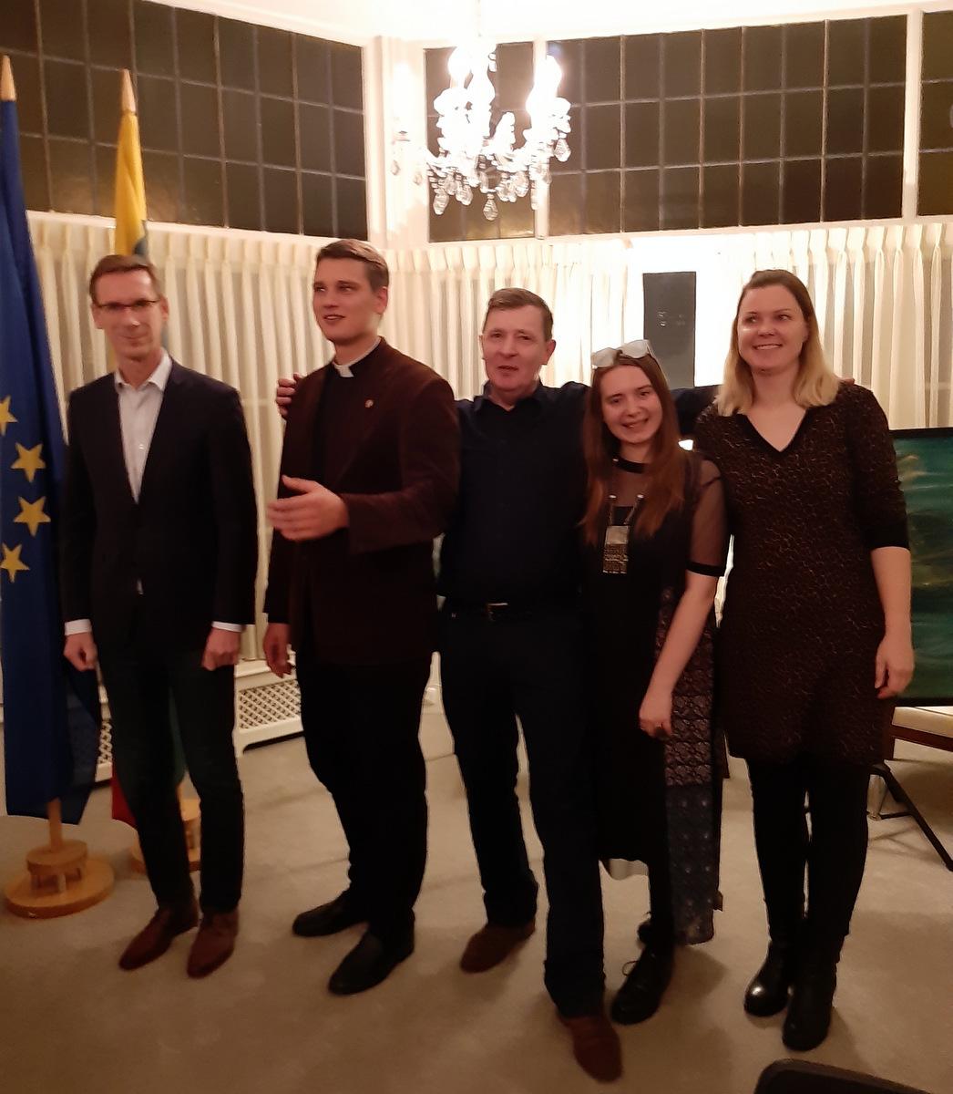 Renginio dalyviai: (iš kairės) ambasadorius Vidmantas Purlys, kunigas Gabrielius Satkevičius, anykštėnas Dainius Žąsinas, dailininkė Viltė Šilkaitytė, rašytoja Rasa Sagė.