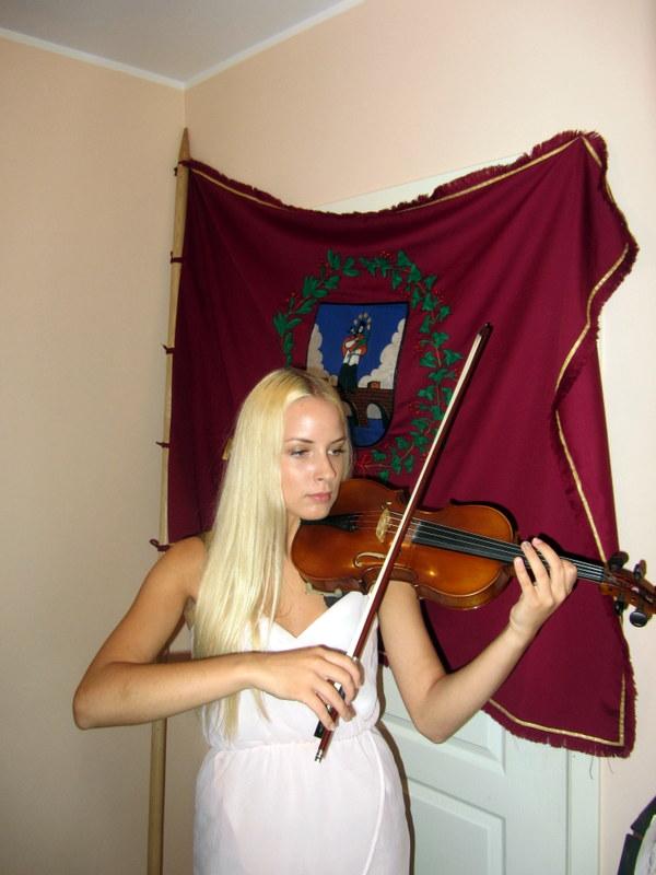 Prie Bendrijos vėliavos smuikuoja jaunasis Anykščių talentas Greta Bučinskaitė.