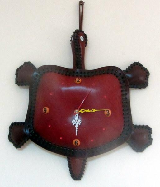 Parodos laiką skaičiuoja sūnaus Audriaus dovanotas laikrodis-vėžlys.