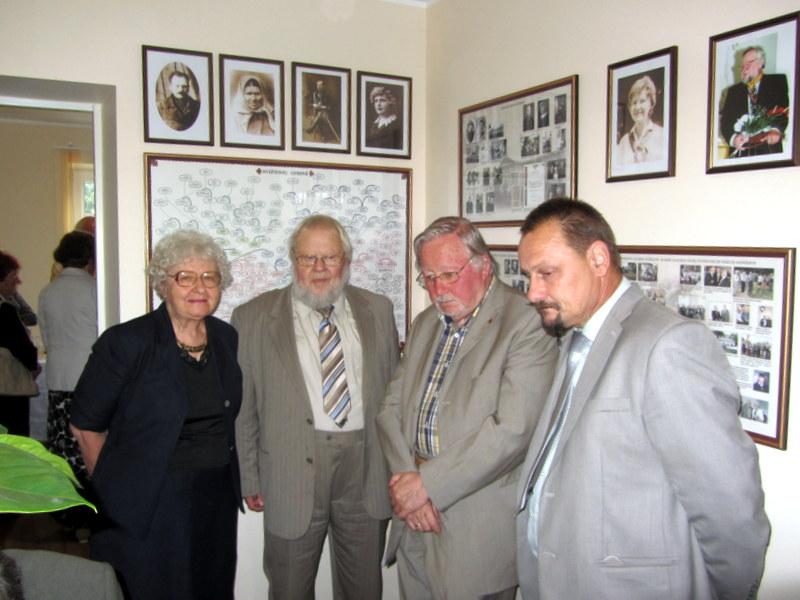 Šeimininkai ir svečiai: Aldona Avižienytė-Venckūnienė ir Algirdas Antanas Avižienis, Vytautas LAndsbergis ir Sigutis Obelevičius.