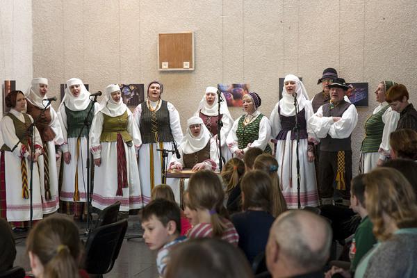 "Folkloro ansamblio ""Seluona"" koncertas parodos atidarymo proga."