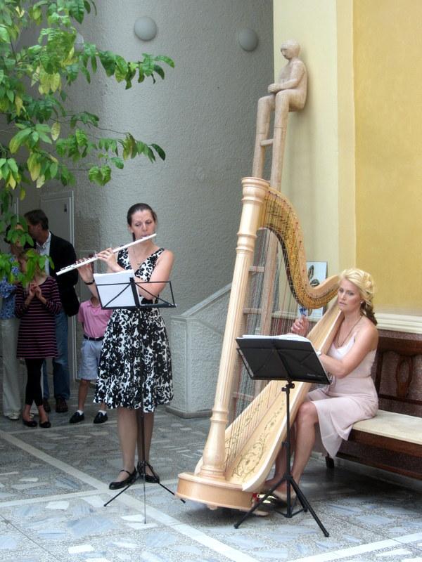 Groja Eglė Juciūtė-Matelienė (fleita) ir Viktorija Smailytė (arfa).