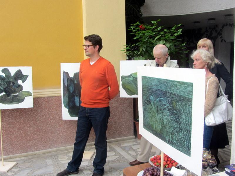 Parodos lankytojai tarp I. Dargužytės kūrinių.