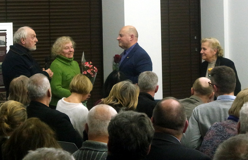 Knygos autorių sveikina Anykščių rajono garbės pililečiai Milda Telksnytė, Vygandas Račkaitis ir Prima Petrylienė.