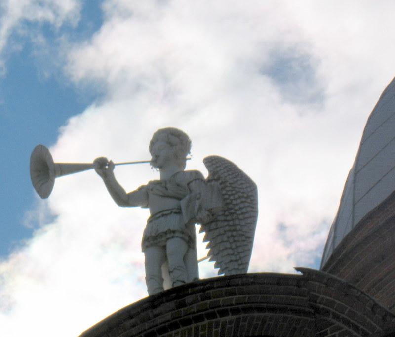 Archangelas Mykolas danguje...