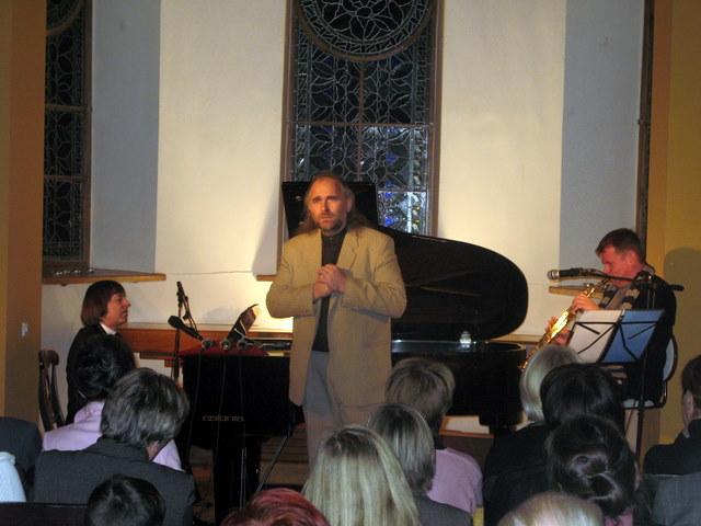 """Nerijus Petrokas dainuoja brolio sukurtą dainą """"Netektis"""", akompanuoja Bronius Petrokas ir Petras Vyšniauskas"""