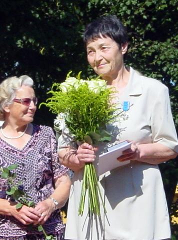 E. Baltronienė - Anykščių rajono Garbės pilietė. Už jos - pernai šį garbingą vardą gavusi P. Petrylienė.